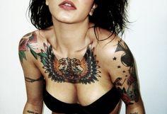 32 tatuagens no peito