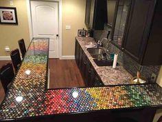 Il décore le bar de sa cuisine avec des centaines de capsules de bière, le résultat est sublime (page 5)