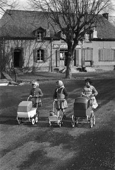 girls and prams | Edouard Boubat, 1958