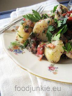 Η πατάτα δεν είναι τυχαίο που συντήρησε ολόκληρους λαούς για αιώνες και κατά τα λεγόμενα του Smithsonianη παρουσία της στην Ευρώπη άλλαξε τον ρου της ιστορίας. Αποτελεί την πέμπτη μεγαλύτερ... Potato Salad, Potatoes, Tasty, Meat, Chicken, Ethnic Recipes, Food, Potato, Essen