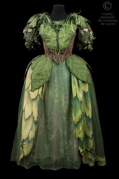 Opéra National de Paris Costume c. 1954 Looks like a fairy dress! Theatre Costumes, Ballet Costumes, Fashion Fantasy, Gothic Fashion, Cosplay, Faerie Costume, Woodland Fairy Costume, Charlie Brown Jr, Fairy Clothes