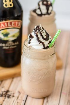 21 Best Baileys Dessert Recipes that will Make Your Guests Drool in 2019 Bailey's Mocha Frapucinno. Just in time for summer this frozen boozy coffee drink is one of the best frappe recipes out there. If you love Irish Coffee, you will love this recipe! Baileys Dessert, Baileys Drinks, Baileys Recipes, Baileys Milkshake, Alcoholic Coffee Drinks, Alcoholic Milkshake, Coffee Milkshake, Alcholic Drinks, Drinks Alcohol