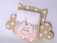 Lembranicnha super bacana para Maternidade: Toalhinha na embalagem de Coruja! <br> <br> <br>Personalizamos esta lembrancinha de acordo com os tecidos utilizados no restante da decoração do quarto de bebê ou da festinha de aniversário, chá de bebê... <br> <br>A placa de coruja mede 13 x 15 cm aproximadamente e é feita em papelão revestido em tecido. <br>Toalhinha tem as dimensões aproximadas de 30 x 22 cm. <br> <br>Quantidade mínima de 20 unidades. <br> <br>Lembrancinha super útil e oferecida…