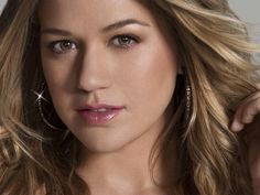 Cute Kelly Clarkson High Quality Pics - http://wallucky.com/cute-kelly-clarkson-high-quality-pics/
