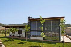 #Edificios #Contemporaneo #Patio #Exterior #Plantas #Arboles #Ventanas #Muebles de exterior #Tumbona #Fachada #Vidrio #Sillas