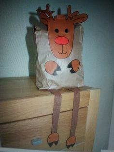 Rendier met papieren zak