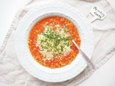 Polévka z červené čočky: Tuhle polívku mám hrozně ráda. Když mám doma hotovejvývar, tak je za chviličku hotová a já si ji dávám místo hlavního jídla. Pokaždý jsem si ji dělala jinak, ale tahle verze mi chutná nejvíc. Je taková orientální a taky hodně pálí. Pokud nemáte rádi pálivý, tak jenom z receptu vynechte chilli …