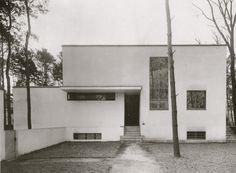 Bauhaus House Dessau, Germany by Walter Gropius & Marcel Breuer Design Bauhaus, Bauhaus Art, Bauhaus Style, Walter Gropius, Architecture Résidentielle, Classic Architecture, Art Deco Buildings, Modern Buildings, Marcel Breuer