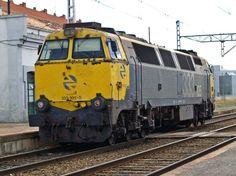 Locomotora 333.105 de Renfe versión amarillo - gris, en Miranda de Ebro