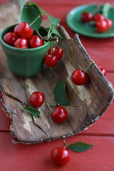 fruit > berry > Gooseberry bag on wood table by Laksmi W ( Wang . Fruit And Veg, Fruits And Veggies, Fresh Fruit, Cherries Jubilee, Fruit Photography, Beautiful Fruits, Beautiful Things, Beautiful Pictures, Sweet Cherries