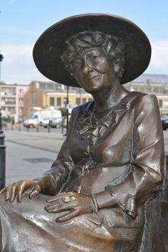 zeźba Hanki Bielickiej - wybitnej polskiej aktorki. Centrum Łomży. #łomża #lomza #bielicka #hankabielicka #podlasietakiepiekne #podlaskieklimaty #podlasie_pl #easternpoland #artist #sculpture #scupltures #citycenter #polskaizbaturystyki #europe #smile #humor #safetyholiday #travel #europe #journey #journeys #blogtravel #blogger #blogowanie #podroze #podroz #sztuka Poland, Religion, Places To Visit, Statue, Photos, Art, Art Background, Pictures, Kunst
