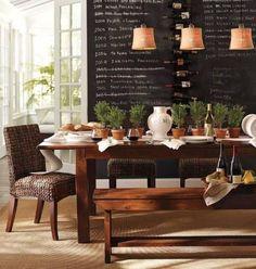Madera combinada con colores neutros y tierra y fibras naturales encajan a la perfección con la decoración rústica de este comedor, creando una atmósfera acogedora y simple.