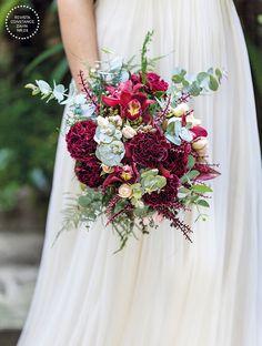 Bouquet de noiva boho em tons de marsala, verde e rosa claro - orquídeas, cravos e mini-rosas ( Bouquet: Mariana Bassi | Foto: Julia Ribeiro )