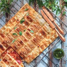 This braai pie is a trendy twist on classic 'braaibroodjies'. Braai Recipes, Pie Recipes, Cooking Recipes, South African Decor, South African Recipes, Braai Pie, Bbq Meat, World Recipes, Side Dishes Easy