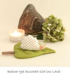 Deko-Objekte - Kleiner Igel kuschelt sich ins Laub Herbstdeko - ein…