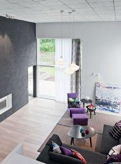 Lunassa on pelkistetyt sisätilat. Energistä vastakohtaa yksinkertaisuudelle luovatkin tekstiilien kirkkaat, eloisat värit. Talo on sisustettu kotimaisilla tuotteilla ja kalusteilla.