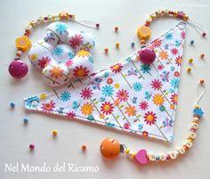 bavaglino a bandana, catenelle portaciuccio e fiorellino giocattolo coordinati! http://www.nelmondodelricamo.blogspot.it/2014/07/fiori-e-campanellini.html