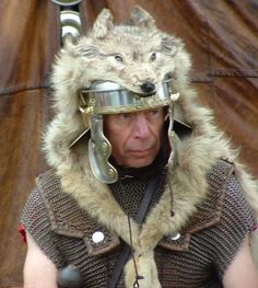 Roman wolf skin headdress - this would evolve into the traditional bearskin as we know it. Romans 2, Pax Romana, Roman Warriors, Roman Legion, Age Of Empires, Roman Soldiers, Roman History, Dark Ages, Ancient Rome