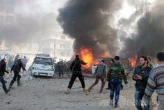 シリア北部アレッポ(Aleppo)で、政府軍による空爆を受け炎上したとされる車両の近くに集まる救急隊員や民間人ら(2014年1月21日撮影)。(c)AFP/MAHMUD AL-HALABI ▼22Jan2014AFP シリア和平会議が22日に開幕、「進展は望み薄」との声も http://www.afpbb.com/articles/-/3006975 #Syria #Siria #Syrie #Syrien #Aleppo