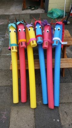 Hobby horses made of pool noodles, gifts for children's birthday - Easy Crafts for All Kids Crafts, Diy Crafts To Do, Mothers Day Crafts For Kids, Diy For Kids, Presents For Kids, Gifts For Kids, Pool Noodle Horse, Pool Noodle Crafts, Horse Birthday Parties