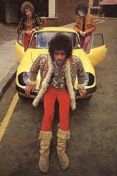 Jimi Hendrix, com Noel Redding (baixo) e Mitch Mitchell (bateria), da primeira formação do The Jimi Hendrix Experience, posa para foto promocional em 1967 em Londres. Veja mais em: http://semioticas1.blogspot.com.br/2013/05/hendrix-3000.html