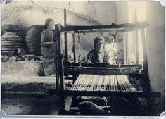 Κοπέλα στον αργαλειό και η μάνα της ετοιμάζει το στημόνι.Μάνη εποχής του ΄30 με ΄50, με φωτογραφίες ρετρό!! - Όμορφη Μάνη Old Photographs, Old Photos, Greece Pictures, Old Greek, Loom Weaving, People Of The World, Women In History, Vintage Pictures, Past