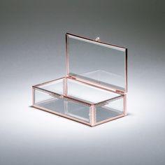 A caixa rosy em vidro espelhado tem todo o seu acabamento na cor ouro rosê, um luxo para você guardar suas recordações, jóias, bijouterias, presentes. Muito versátil na decoração complementa a produção dos ambientes associada a outros objetos. #CaixaDecorativa #LojaSoulHome