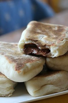 naan bread with Nutella … With another chocolate Sweet Recipes, Snack Recipes, Dessert Recipes, Cooking Recipes, Nutella Snacks, Pan Rapido, Delicious Desserts, Yummy Food, Quick Snacks