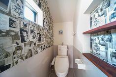 トイレのアクセントクロスは猫ちゃん柄。アートな壁紙はサンゲツ、猫のモノクロ写真(RE-2782)です。2段ニッチの中も同じクロスを選ばれてとっても可愛い。 #クロス #壁紙 #猫 #ネコ #ネコ柄 #サンゲツ #モノクロ #ニッチ #棚