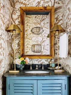 28 Bathroom Wallpaper Ideas That Will Inspire You to be Bold - Wallpaper for Bathrooms . Marble Effect Wallpaper, Bold Wallpaper, Chinoiserie Wallpaper, Bathroom Wallpaper, Wallpaper Ideas, Wallpaper Borders, Elegant Home Decor, Elegant Homes, Lavatory Design