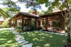 Uma casa para desfrutar.  https://www.casadevalentina.com.br/blog/open-house-para-os-classicos-3074/