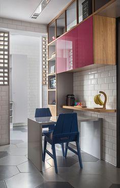 decoração, decoração de apartamento, apartamento, ambiente integrado, revestimento, decoração estilosa, estilo, cozinha, cozinha decorada, decoração de cozinha, cadeira azul, armário rosa, revestimento.