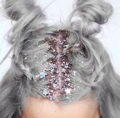 How fun is this? If you are anything like me you will use a music festival to try some fun and crazy beauty looks like these awesome glitter roots and pink hair. If your feeling extra fun why not throw some glitter in your brows too? #2020AVEXFESTIVAL
