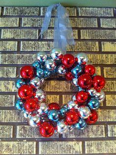 corona de navidad con paleta de colores rojo azul y plateado