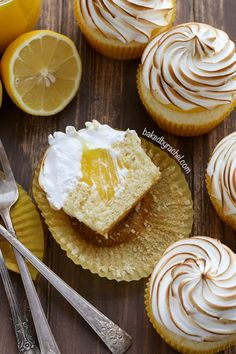 Moist lemon cupcakes with sweet lemon curd filling and meringue frosting recipe from Dessert and Snack recipes Lemon Desserts, Lemon Recipes, Just Desserts, Sweet Recipes, Baking Recipes, Delicious Desserts, Yummy Food, Cookie Recipes, Brunch Recipes