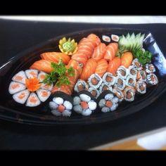 Piccola barca di sushi salmone
