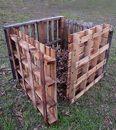 Compost Bin DIY: Quick Pallet Project for a Pallet Garden Composter from the folks at Pallet Crafts, Diy Pallet Projects, Outdoor Projects, Garden Projects, 1001 Palettes, Making A Compost Bin, Palette Deco, Bokashi, Garden Compost