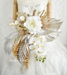 シルバーとゴールドの大きなデザインブーケ。すべて造花です。和装ウェディングにもお似合いです。 Silk Flower Bouquets, Silk Flowers, Table Decorations, Flowers, Dinner Table Decorations
