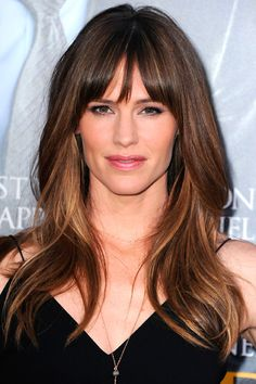 Need to know about the latest Jennifer Garner movies? Get the most recent Jennifer Garner news, videos, and pictures. Jennifer Garner Hair, Hairstyles With Bangs, Cool Hairstyles, Side Fringe Hairstyles, Medium Hairstyles, Corte Y Color, Ben Affleck, Brunette Hair, Brunette Highlights