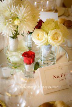 WEDDINGCHIARA.IT  #centrotavola bianco e rosso con riflessi dorati  #weddinginitaly #weddingdestination #weddingplannertorino #weddingplanneritaly #centrotavola #love #weddingcenterpieces #red