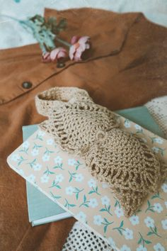 If you can't afford genuine vintage fashion, you can always make your outfits more vintage inspired with the right accessories. A crochet bow headband is a great companion for any summer dress.   #vintagegirls #vintageinspiration #howtowear #vintageaccessories