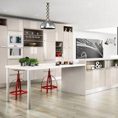 Une cuisine grise laquée pour une touche sophistiquée. Si vous avez peur que l'esprit laqué soit un peu too much, la bonne idée, c'est de choisir une teinte très claire, comme ici. Avec un îlot central et des éléments muraux hauts, la cuisine laquée accroche la lumière et donne une sensation d'espace. L'avantage d'une cuisine grise, c'est qu'elle permet toutes les fantaisies en terme de décoration. Pour une petite touche colorée, vous pouvez ajouter deux ou trois éléments colorés et…
