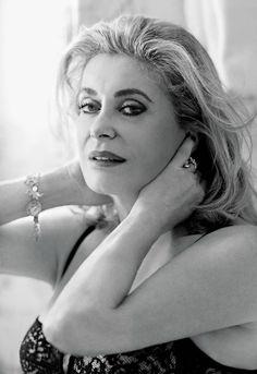 Catherine Deneuve sexy a 70 anni