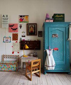 Nos encanta este rincón de un dormitorio de niños que nos ha descubierto nuestra blogger de Art & Mañas.