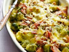Easy casserole with Brussel sprouts, bacon and lots of cheese! The smokey flavor of the bacon really sokes in the sprouts and neutralize the bitterness. Just asome, simple and keto! I Love Food, Good Food, Yummy Food, Easy Cooking, Cooking Recipes, Healthy Recipes, Oven Dishes, Winter Food, No Cook Meals