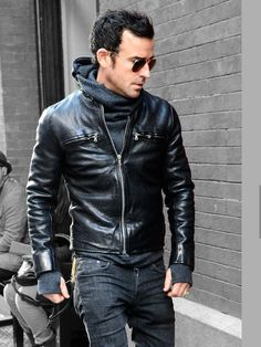 Justin Theroux rocking a leather jacket showing his rockstar status side. Leather Jacket Outfits, Men's Leather Jacket, Leather Men, Leather Jackets, Custom Leather, Real Leather, Style Outfits, Fashion Outfits, Fashion Moda