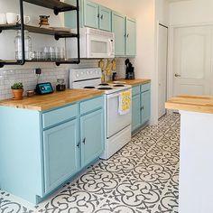 Painted Kitchen Floors, Kitchen Paint, Kitchen Tiles, Kitchen Flooring, Kitchen Design, Painting Tile Floors, Painting Ceramic Tiles, Ceramic Floor Tiles, Painting Over Tiles