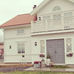 lantliga hus - Sök på Google My Father's House, House Front, Future House, Scandinavian Home, Nordic Home, Beautiful Interiors, Beautiful Homes, Home Focus, Swedish House