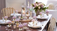 Un Noël romantique et pastel Poétique et raffinée, la table de Noëlse pare d'argent et de roses fraîches où un camaïeu de parme côtoie l'argent légèrement patiné. Découvrez comment dresser à votre tour une somptueuse table de fêtes.