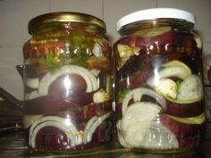Vinete murate cu usturoi si ceapa Canning Pickles, Sustainable Design, Interior Design Living Room, Design Trends, Cooking Recipes, Jar, Food, Sauces, Ice Cream